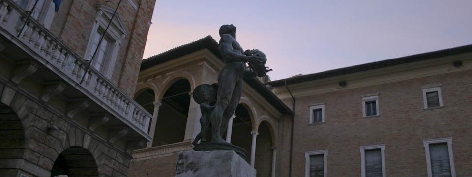 Photo of modern sculpture on Piazza della liberta in Macerata Mache