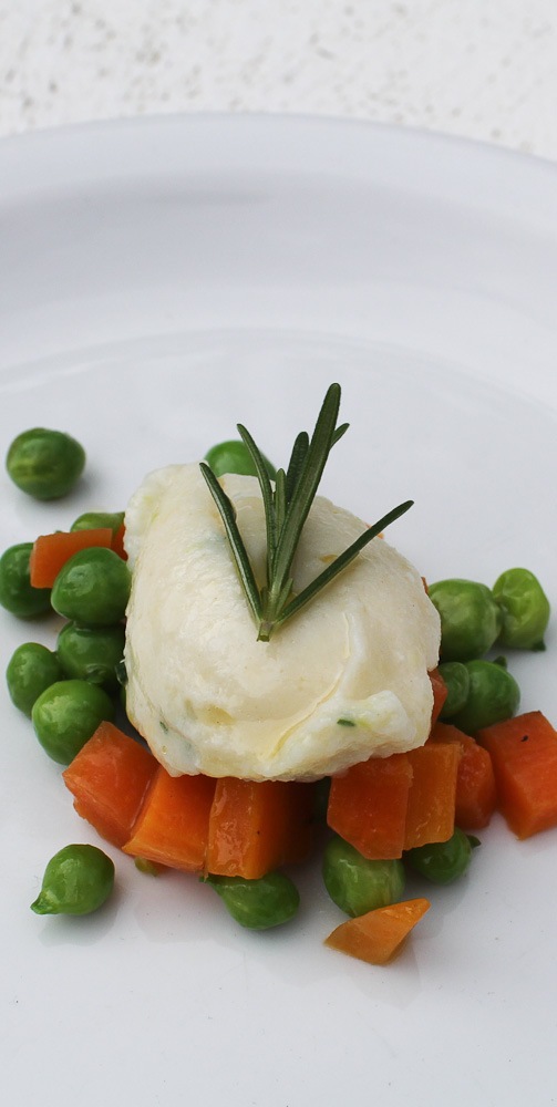 How to make ricotta gnocchi with green peas and carrots