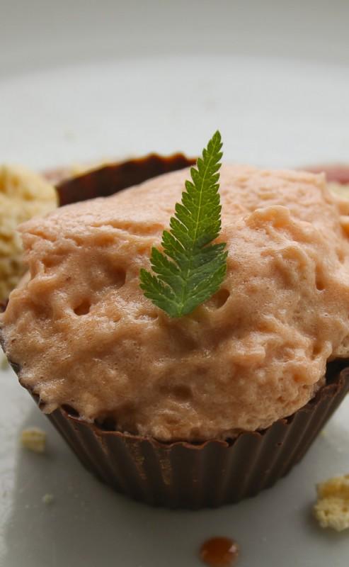 Rhubarb dessert with liquorices meringues
