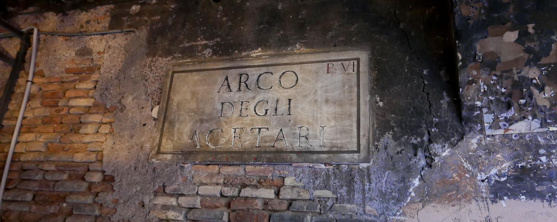 Arco degli Acetari - Italian Notes